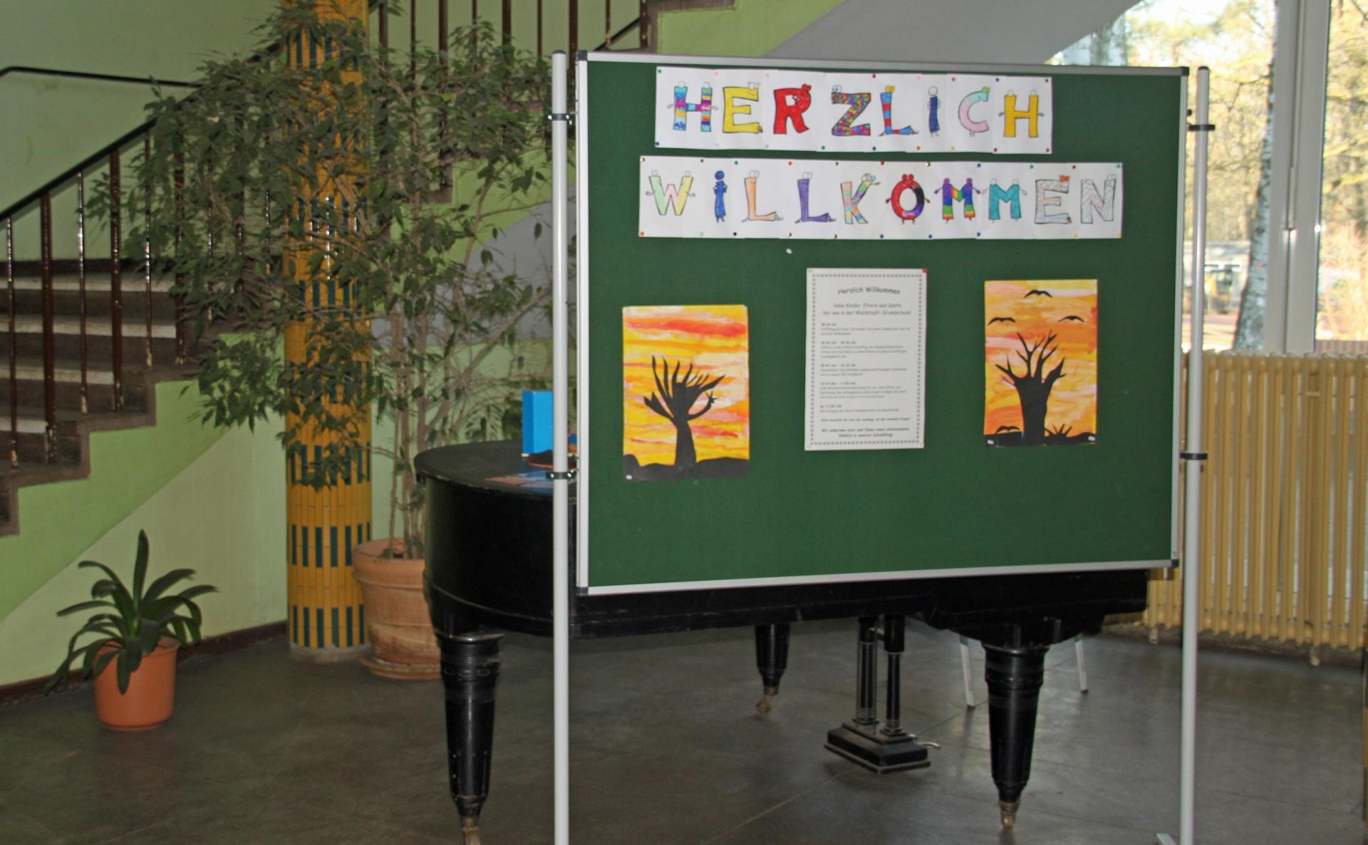 """Tafel mit der Aufschrift """"Herzlich Willkommen"""" im Schulfoyer"""