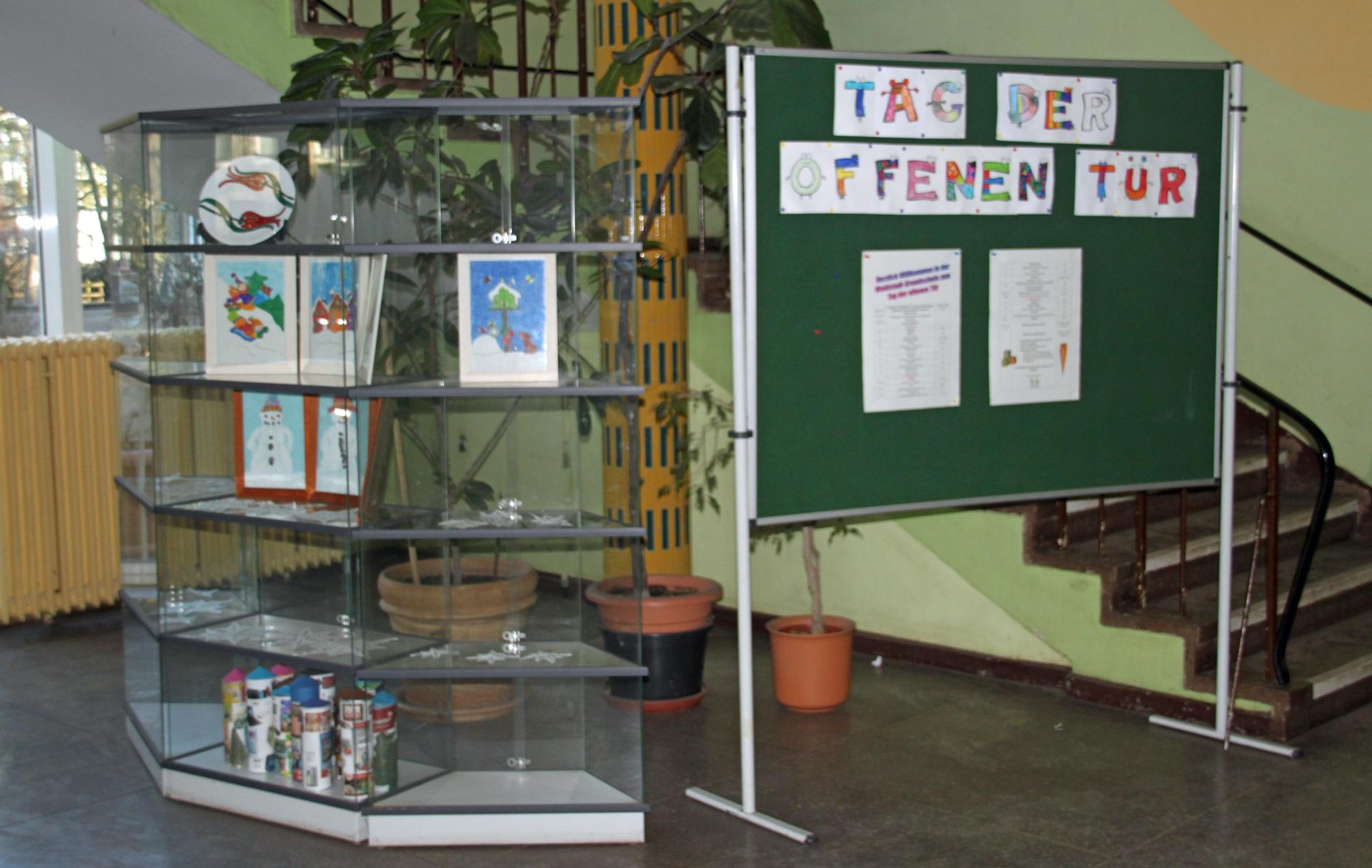 Tafel und Regal im Schulfoyer